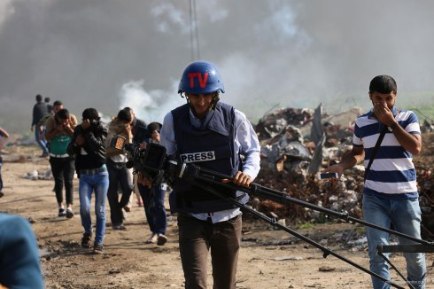 Press-journalist-flees-from-tear-gas-shot-by-Israeli-at-border-in-gaza-1
